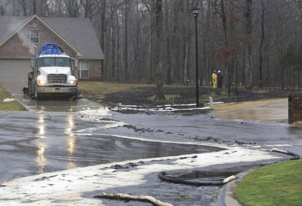 Cleaning up Tar Sands oil in Mayflower Arkansas.  Photo: Reuters.